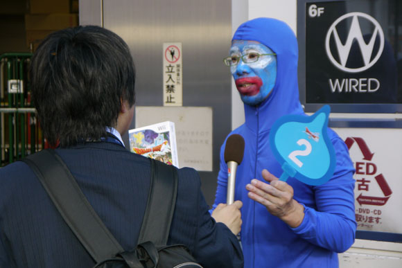 Mr. Sato Cosplays as Slime and Waits in Line 24 Hours to Purchase Dragon Quest X