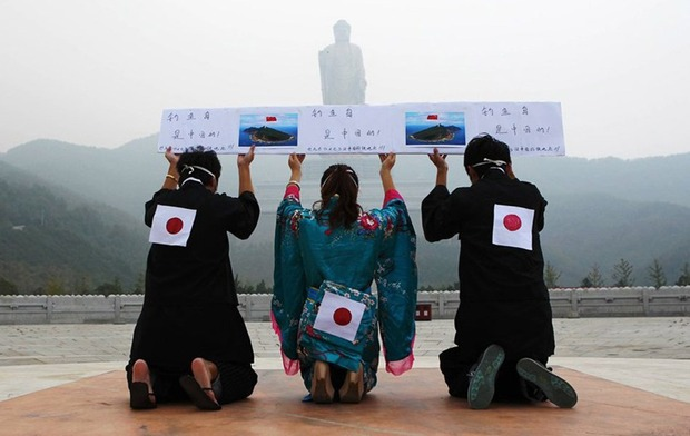 "Chinese Trio Dress Up Like Japanese People and ""Apologize"" to Buddha Over Senkaku Islands"
