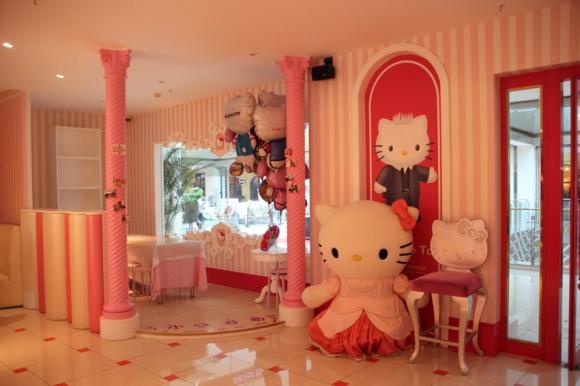 Ms. Kitty the Restaurant Entrepreneur at Work in China! We Visit Kitty Lover's Dream Eatery in Beijing