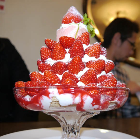 Our Gluttonous Reporter Mr. Sato Devours a 65-Strawberry Parfait Tower!