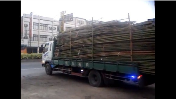 No Forklift Required! Taiwanese Truck Driver Shows His Stuff