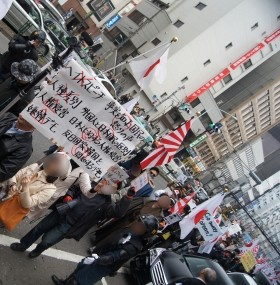 Hundreds of Japanese Raise Their Middle Finger to Right-Wing Anti-Korean Protesters in Tokyo