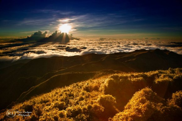 Sunrise Over a Sea of Clouds at Nearly 10,000 Feet 【Photo Gallery】