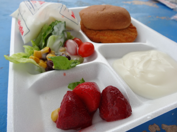 Our Japanese Reporter's Experience Eating American School Lunch10
