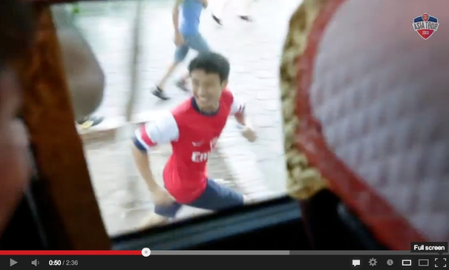 Vietnamese Arsenal fan quite literally chases his dreams, is welcomed onto team bus