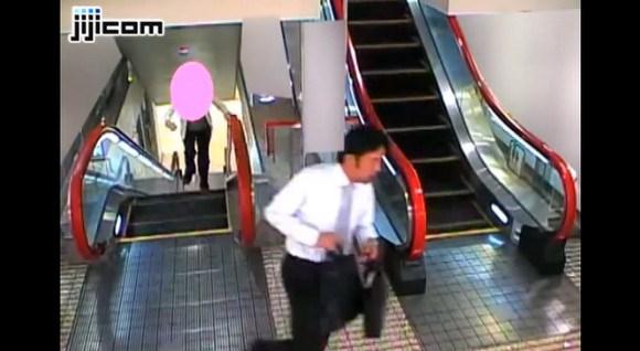 Elderly lady gives chase as purse-snatcher sprints up escalator
