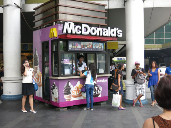 Food stall-like McDonald's that only serves drinks and ice cream