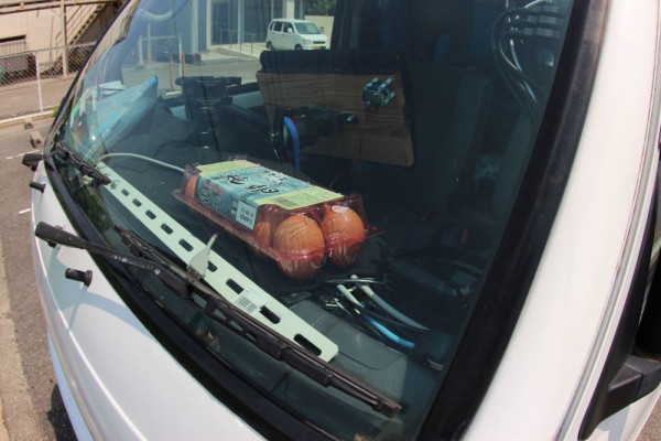 Easy lunch – Man cooks a batch of eggs on his car dashboard in the summer heat