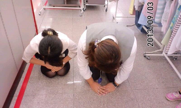 Tweeted photo of employees bowing in apology angers Japanese internet users
