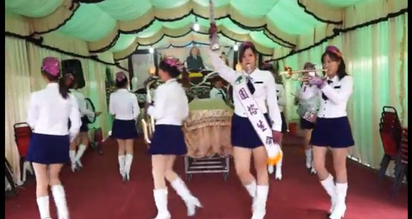 Taiwan throws lively funerals, complete with miniskirt-clad marching bands 【Video】
