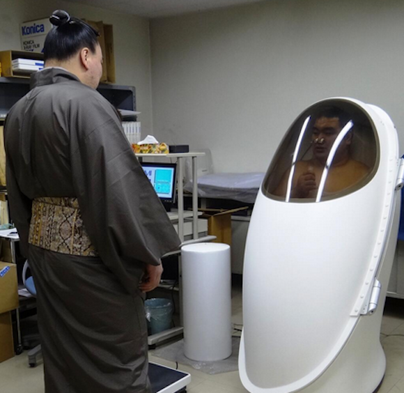 Twitpics show sumo wrestlers getting health checks… in spaaaaaaace!