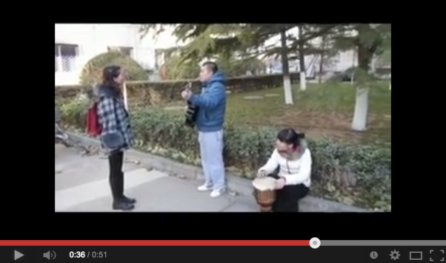Chinese Juliet is not impressed with her suitor's attempt at serenading her【Video】