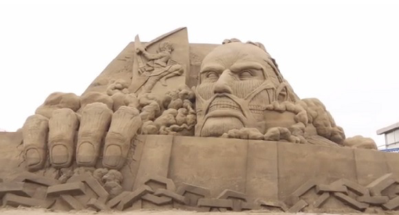 Amazing Attack on Titan sand sculpture captivates and terrifies tourists 【Video】
