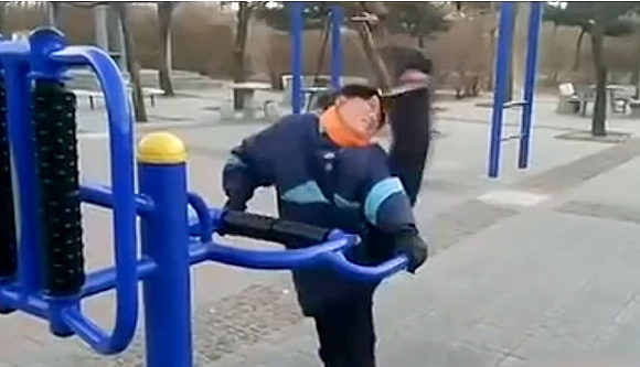 Super limber Chinese lady shows world insane stretching routine【video】