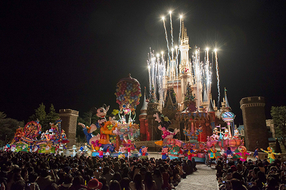 "Tokyo Disneyland celebrates ""Thanks Day"" where the employees become valued guests"