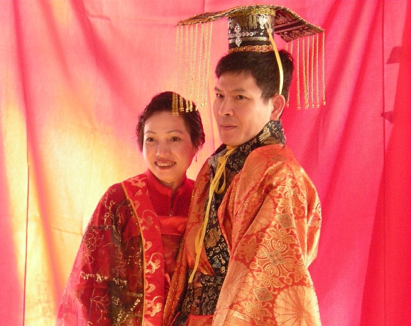 Chinese_New_Year_Seattle_2009_-_couple_in_traditional_dressB