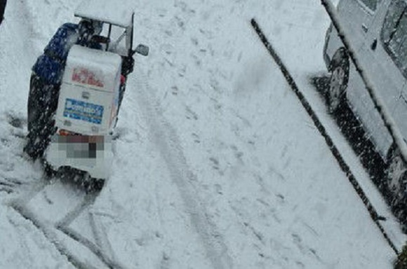"Thinking of ordering a pizza on a snow day? ""Screw you!"" tweets Japanese delivery driver"