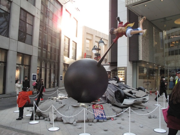 See Life-Size Dragon Ball & One Piece Statues Fight & Turn Tokyo Street Into Rubble5