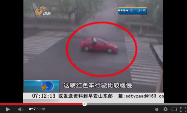 Traffic accident scammer caught on CCTV in China, ends up having to pay fine himself  【Video】