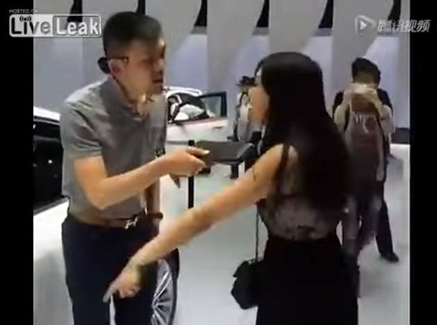 Woman creates a scene at auto show because her man won't buy her a car【Video】