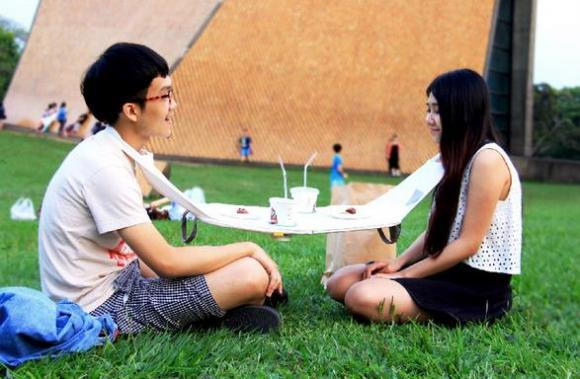 New portable Napkin Table is indispensable for all your picnic needs