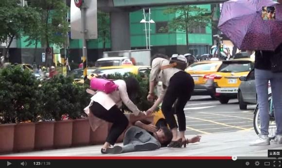 巴黎路人只救穿西裝的人- 台灣人你會怎麼做- - YouTube.clipular