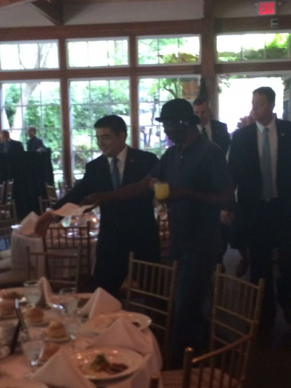 China's Most Pompous Millionaire Just Threw A Ridiculously Fancy Lunch For Homeless New Yorkers9