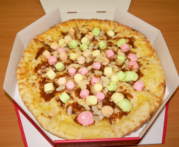 Pizza Hut Japan's caramel marshmallow pizza tastes great, but does it need hot sauce? We find out
