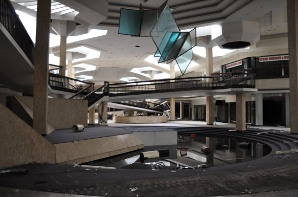 21 hauntingly beautiful photos of deserted shopping malls11