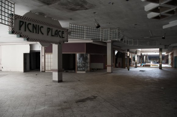 21 hauntingly beautiful photos of deserted shopping malls12