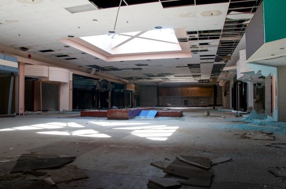 21 hauntingly beautiful photos of deserted shopping malls14