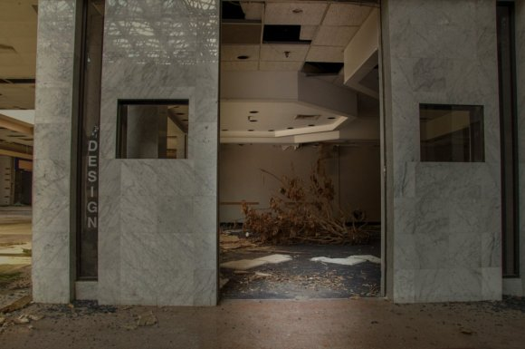 21 hauntingly beautiful photos of deserted shopping malls16