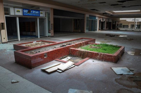 21 hauntingly beautiful photos of deserted shopping malls18