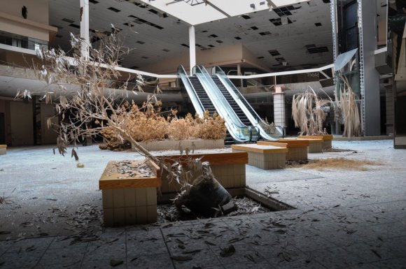 21 hauntingly beautiful photos of deserted shopping malls2
