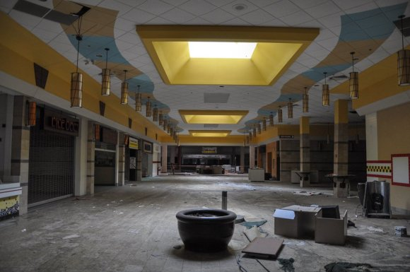 21 hauntingly beautiful photos of deserted shopping malls20