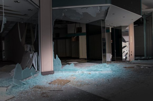 21 hauntingly beautiful photos of deserted shopping malls3