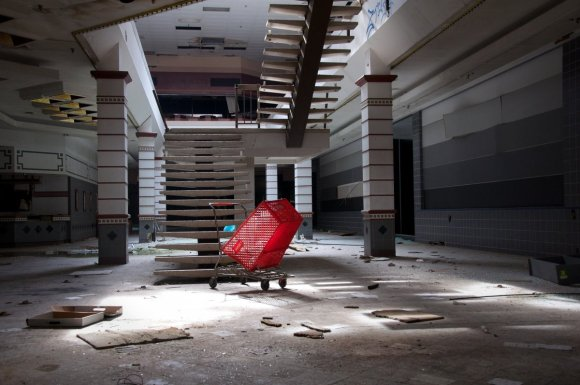 21 hauntingly beautiful photos of deserted shopping malls4