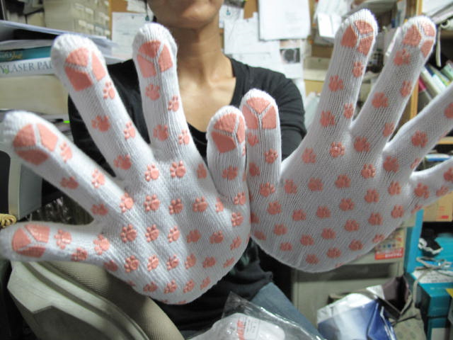 """""""Black Cat"""" delivery company uses pawprint gloves to ensure packages are handled with cute"""
