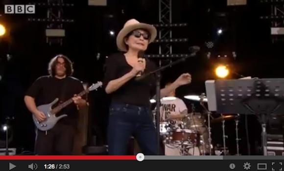 "Internet declares Yoko Ono's Glastonbury festival set ""the worst live performance ever"" 【Video】"