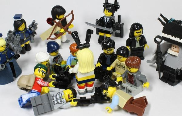 【Follow-up】Now infamous panty shot scene at Comiket recreated in Lego form