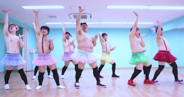 Chubby Love Live fans strut their stuff in rainbow tutus 【Video】