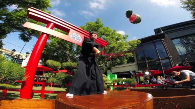 Real-life Fruit Ninja! Watch Isao Machii slice up flying fruit like a boss 【Video】