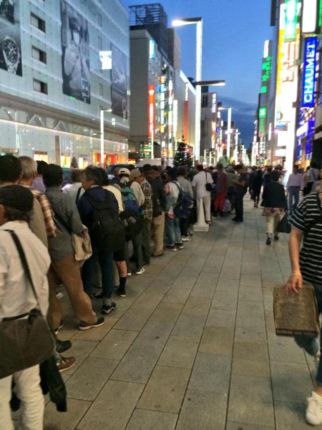 Twitter users report large groups of Chinese buyers in line at Apple Store in Ginza