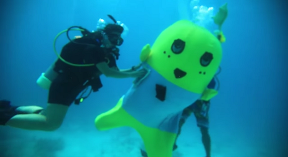 Jiggly Japanese pear mascot lands itself in deep water in the US【Video】