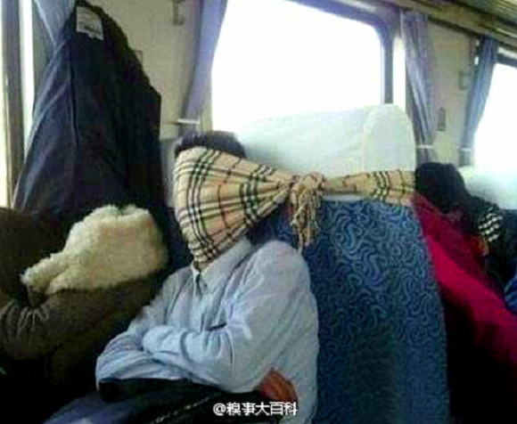 Holiday travelers in China get sleepy, creative and frisky on trains 【Photos】