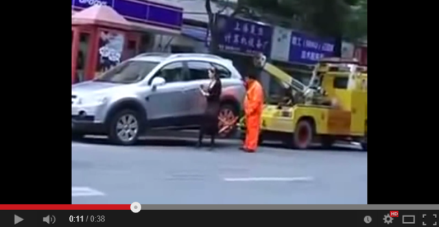 Chinese woman in no mood to have SUV towed shows she has towing capacity too 【Video】