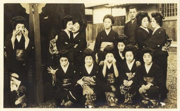 Funny old-timey Japanese photo is a blast (of silly faces) from the past