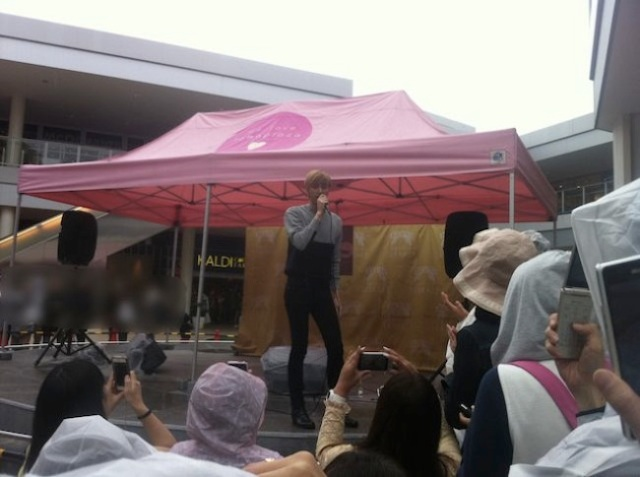 Rain? No Problem! Not even impending typhoon can keep away fans of J-POP singer Nicholas Edwards