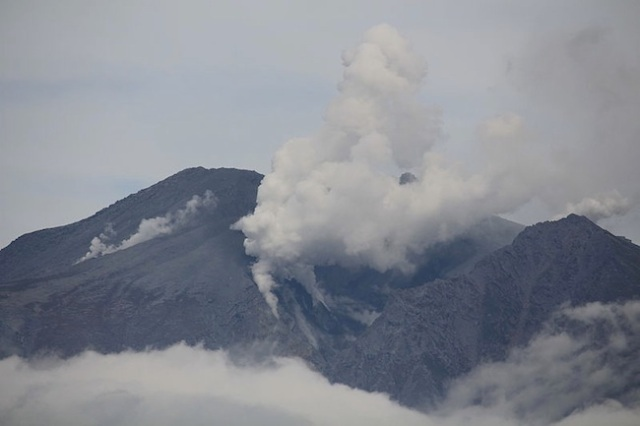 "Mount Ontake: some hikers ""died taking photos of the erupting volcano"", pathologist says"