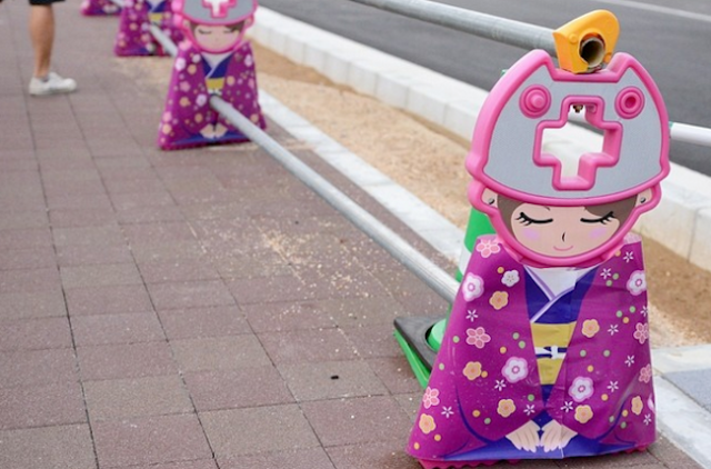Kimono-clad princesses offer their sincere apologies for roadside construction in Kyoto